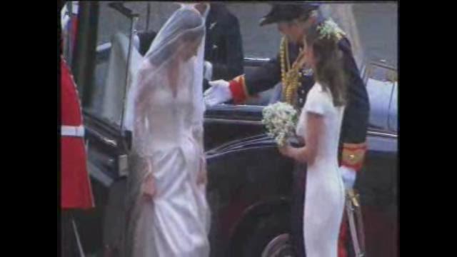 Kate Middleton debuts wedding dress
