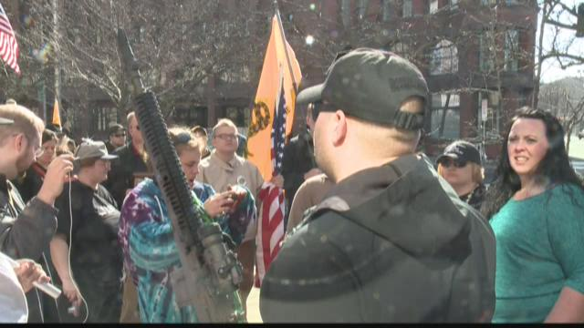 Police allow armed activists on federal land despite ban